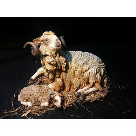 Ariete coricato con agnello